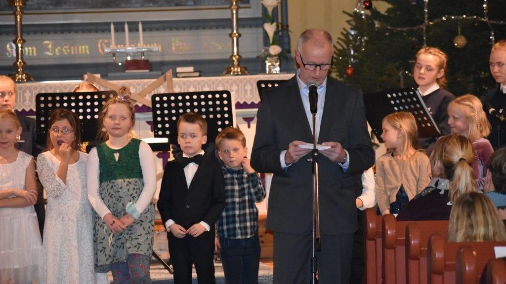 SANG JULEN INN: Alvdal skolekor var en av flere aktører som søndag sang julen inn i Alvdal kirke. Svein Borkhus var konferansier. Foto: Torstein Sagbakken.