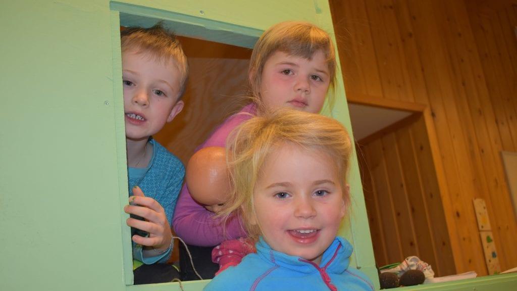FORNØYDE: Eirik Vaa Vangen, Isabell Solhaug Helgeneseth (Foran) og Anna Persheim trives med barnehagens nye lokaler. Foto: Torstein Sagbakken.