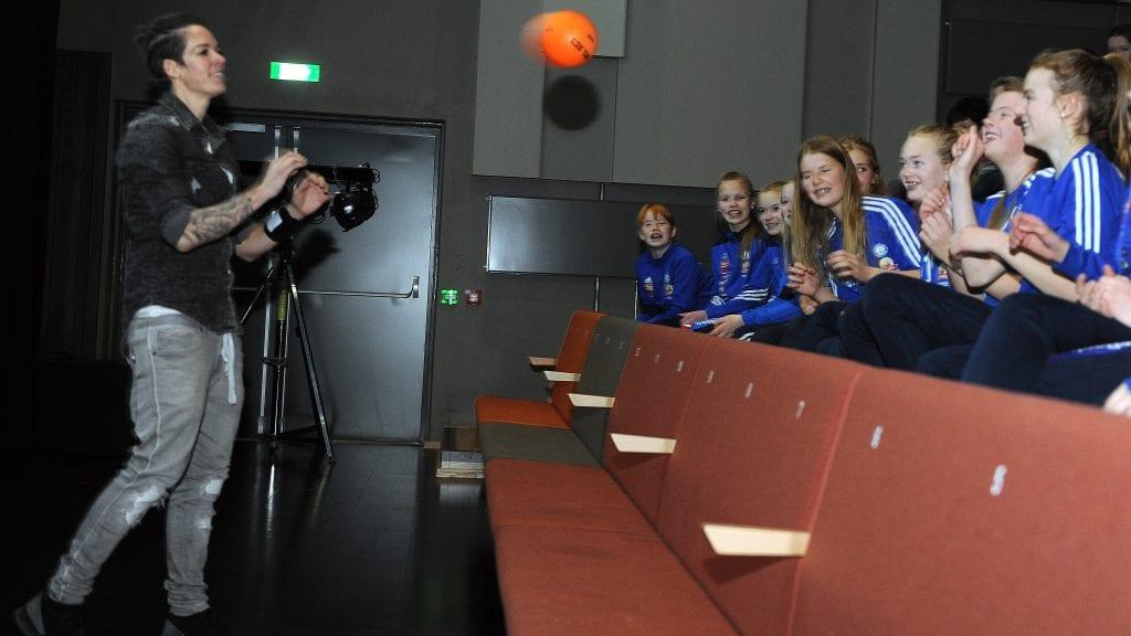FANT TONEN: Anja Hammerseng-Edin fant umiddelbart tonen med unge håndballjenter fra Alvdal, og varmet opp til foredraget med litt ballkasting med publikum. Foto: Ivar Thoresen