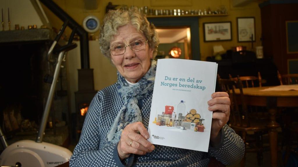 TA EGENBEREDSKAPEN PÅ ALVOR: Grete Langodden har i flere tiår jobbet for at bygdefolket skal sette mer fokus på egenberedskapen i hjemmet, og hun gir seg ikke ennå. Foto: Torstein Sagbakken.