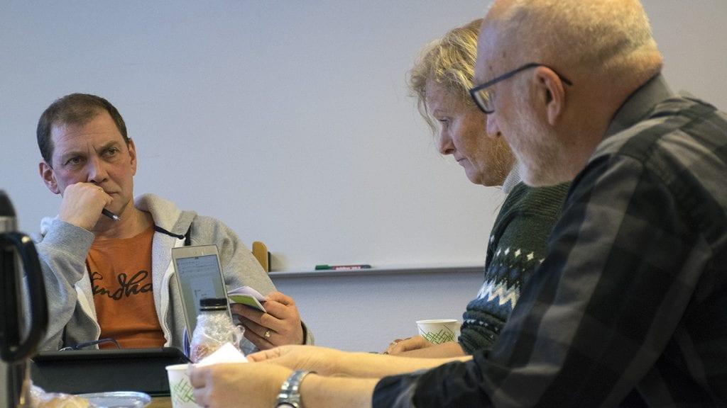 KLART BRUDD: Revisor Svein Magne Evavold (til høyre) og leder i kontrollutvalget., Leif Langodden, er klar på at retningslinjene ble brutt. Foto: Tore Rasmussen Steien