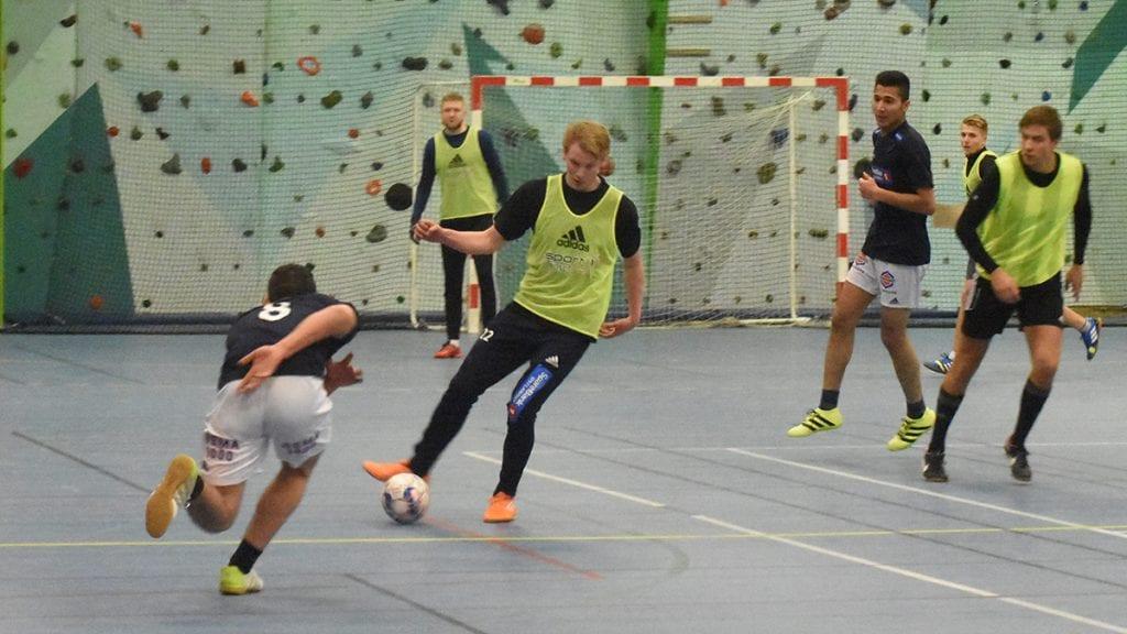 TILBAKE I KAMP: Kristian Holmen, nummer tre fra venstre, er tilbake i kampsituasjon. Helt skadefri. Foto: Jan Kristoffersen