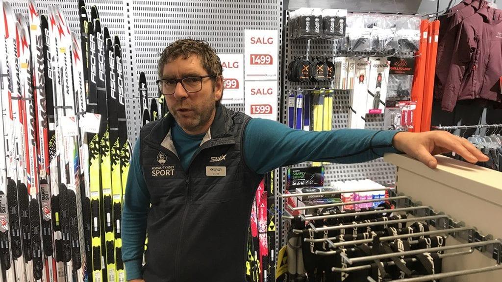LITE SKISALG: Stein Halvorsen forteller at det ikke har tatt av med skisalget på Alvdal. Ved søsterbutikken på Tynset forteller Roatr Vang det samme, med tanke på turski. Men racingskia fyker unna. Foto: Jan Kristoffersen