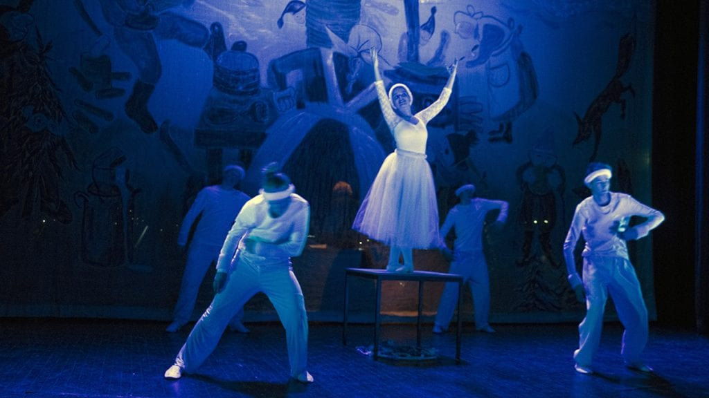 FØRJULSDANS: Elevene fikk inn et storslagent og stemningsfullt dansenummer i stykket. Foto: Tore Rasmussen Steien