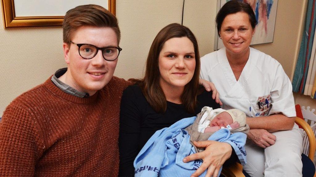 NUMMER TRE: Ola og Janne Sandeggen viser stolt fram sitt tredje barn, Ellev, fire timer etter fødselen. Her sammen med jordmor Ingrid Smith. Foto: Erland Vingelsgård