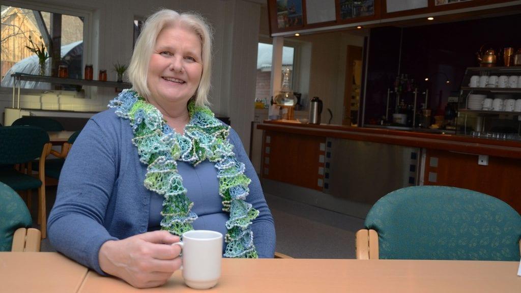 MESKANO-LEDER: Aina Søbakk fra Brumunddal er allerede blitt alvdøl. Her er hun fotografert i spisesalen på Gaiasenteret hvor hun trives svært godt. Foto: Erland Vingelsgård
