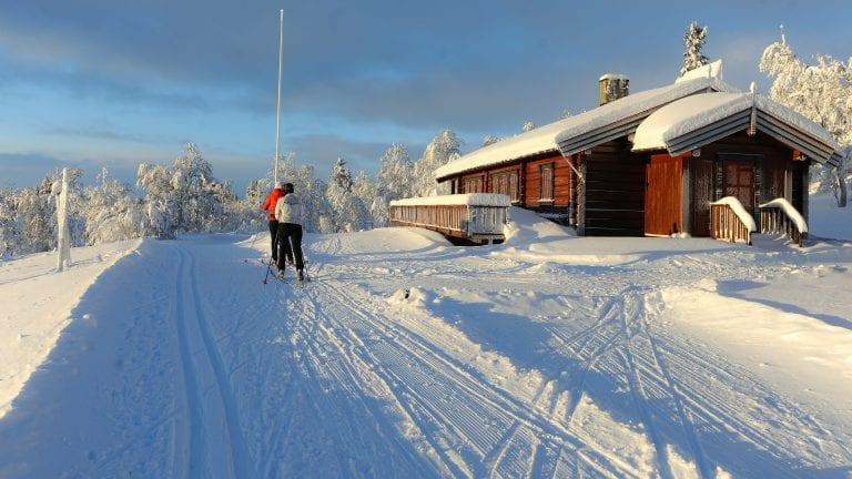 OPPE HELE VINTERFERIEN: Allmannstua er oppe hele vinterferien, og Johan Ragnar Eggen håper alle vil benytte seg av de 120 kilometerne de har med skiløyper. Foto: Ivar Thoresen.