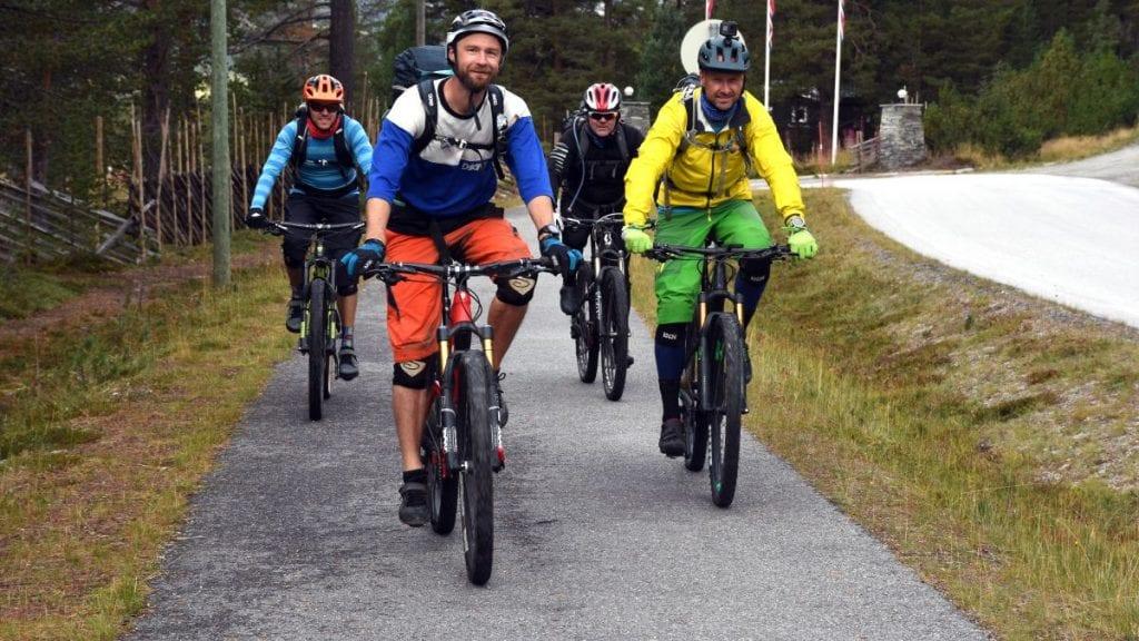 INNSTILLER PÅ STØTTE: Audun Jøstensen Lutnæs (foran) kan få støtte fra kommunens næringsfond til Urørt ski- og sykkeleventyr. Foto: Jan Kristoffersen