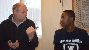 LIKER DET: Jean Pierre Mirimo synes det er stas når Lars Gustav Molstad snakker swahili til han og familien. Foto: Torstein Sagbakken.