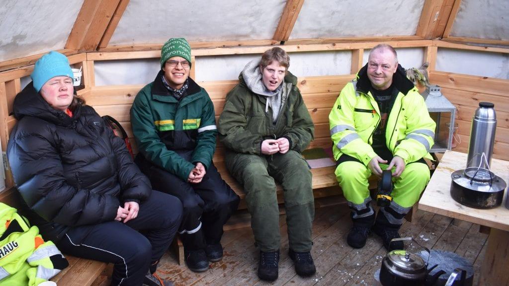 TRIVES STORT: Helene Gulløien, Christian Haugland, Linda Strypet Nilsen og Rune Nyrønning er fornøyd med hvordan anlegget på Kattmoen har blitt. Den nye lavvoen er perfekt for matpauser. Foto: Torstein Sagbakken.