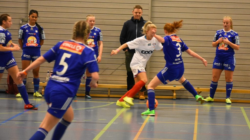 GA ALT: Hedda Nerby Andersen og de andre i blått ga alt i alle duellene, men da de møtte Vålerenga tapte de for et bedre lag. Foto: Torstein Sagbakken.