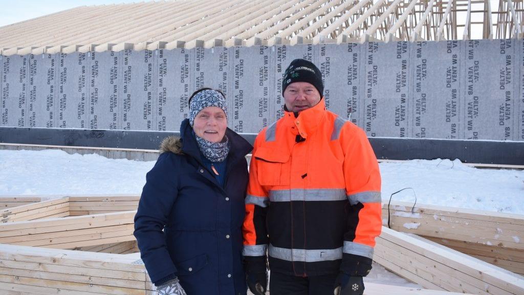 SATSER VIDERE: Tove og John Strømshoved har troen på landbruket og bygger nytt fjøs til mjølkekyr. Foto: Torstein Sagbakken.