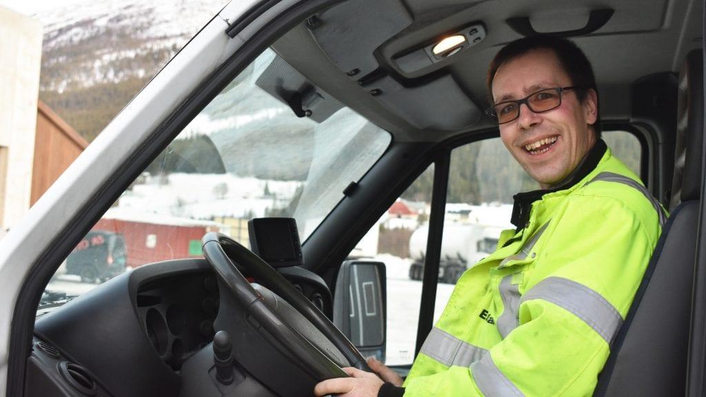 SMILER FOR FAST JOBB: Harald Samuelshaug er strålende fornøyd med at han har fått en fast jobb i Bring Transportløsninger. Foto: Torstein Sagbakken.