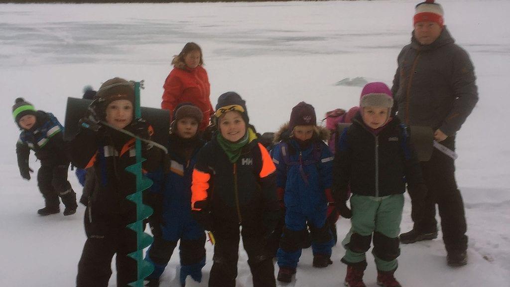 SPENT GJENG: Spente barnehagebarn er klare til å prøve fiskelykken på isen på Savalen. Foto: Privat