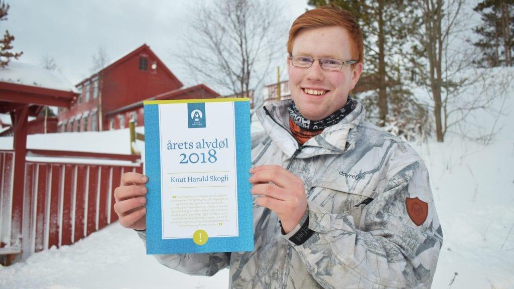 ÅRETS ALVDØL: Knut Harald Skogli er stemt frem som Årets alvdøl 2018. Her står han foran Plassen skole hvor han tilbrakte sju gode år på barneskolen. Foto: Torstein Sagbakken.