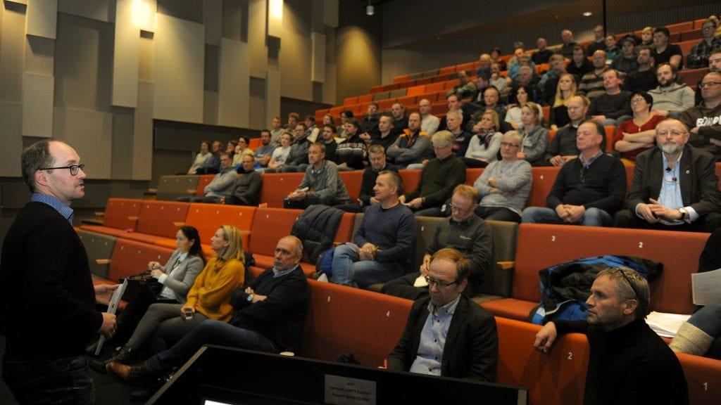 MYE ROS: Prosjektleder Rune Aas i Tine Rådgivning var raus med rosen til bøndene fra Alvdal og Tynset som ar deltatt i prosjektet Levende landbruk. Foto: Ivar Thoresen