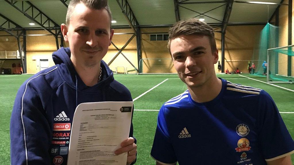 KOMMET HJEM: Jørn Ligård (til høyre) har signert avtale med Alvdal og trener Inge Thoresen Tannåneset. Foto: privat