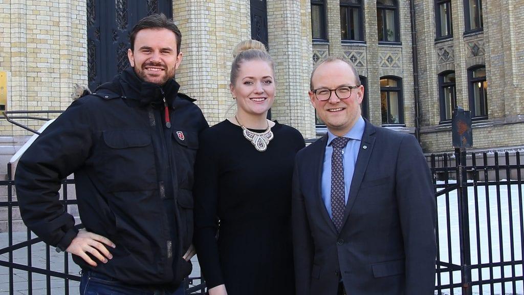 ROVDYRPOLITIKK: Per Martin Sandtrøen tar med seg partifellene Emilie Enger Mehl og Ole Andre Myhrvold til rovviltmøte på Tynset tirsdag. Foto: privat