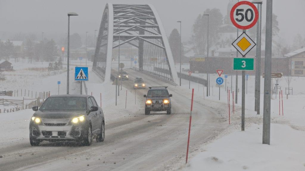 STOR TRAFIKK: Mange juleturister var på vei hjem 1. nyttårsdag, og de opplevde vanskelige kjøreforhold også på riksveg 3, som fikk ekstra stor trafikk ettersom E6 over Dovrefjell var stengt. Foto: Ivar Thoresen