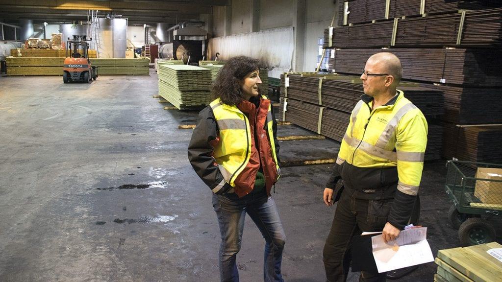 VEKT PÅ SIKKERHET: HMS-ansvarlig Vanessa Quinche og Jon Terje Hansen i Team Royal er enig om at sikkerheten har blitt større og større ved skurlaget. Foto: Tore Rasmussen Steien