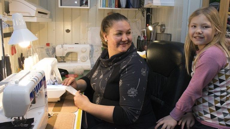 FAMILIEHOBBY: Kari Mette Mikkelsen syr ofte sammen med datteren Marianne Mikkelsen Lillestrøm. Foto: Tore Rasmussen Steien
