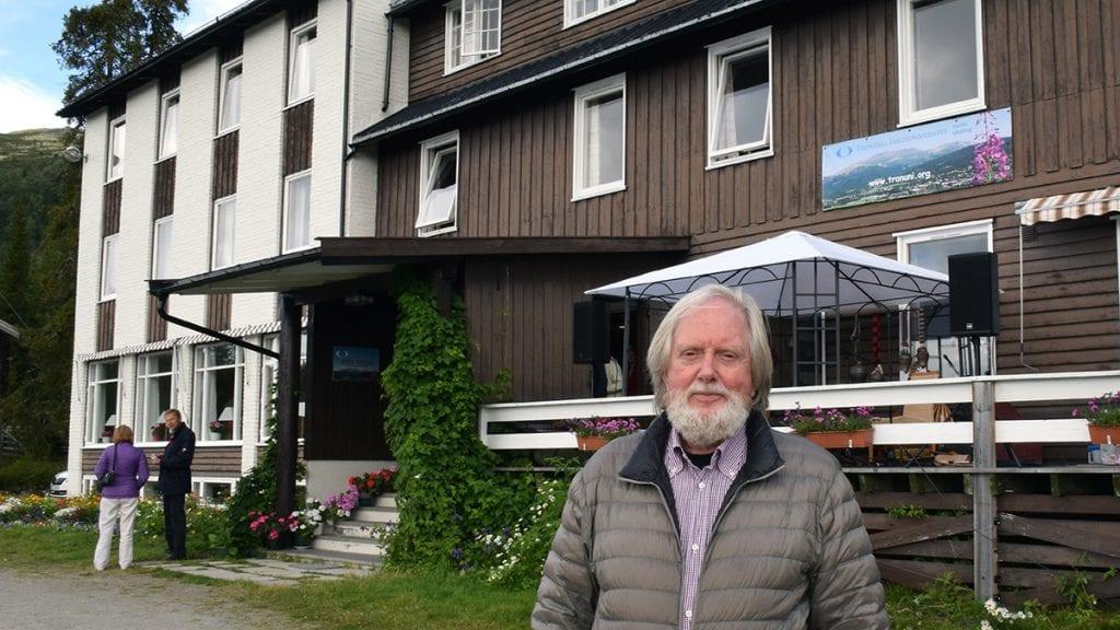 LARM OG STØV: Knud Larsen ved Tronsvangen Seter er ikke begeistret for planene om rally i Tron. Foto: Tore Rasmussen Steien