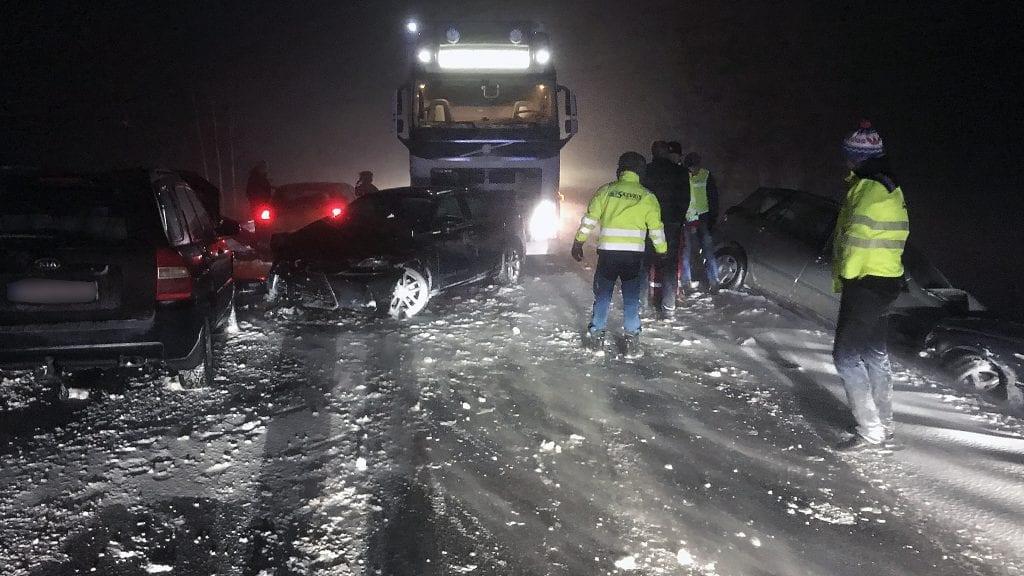 MASSEKOLLISJON: En semitrailer og seks personbiler er involvert i en massekollisjon på riksveg 3 nord for Bergerønningen i Alvdal. Foto: Erland Vingelsgård