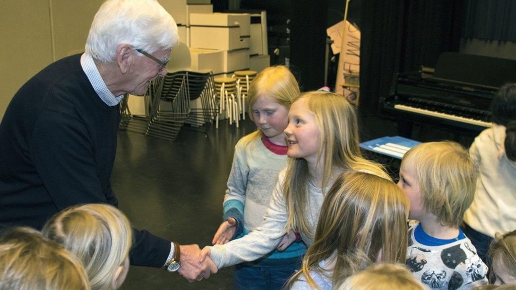 GLADE MOTTAKERE: Alle medlemmene i skolekoret kom og tok Harald Grue i hånda. Foto: Tore Rasmussen Steien