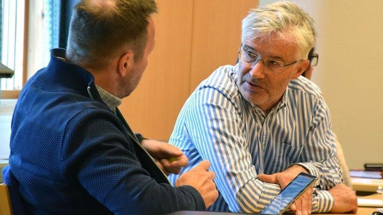 UENIG: Jan Sagplass i Høyre (med ryggen til) og Audun Eggset fra Sp er uenig om scooterdispensasjoner. Foto: Tore Rasmussen Steien