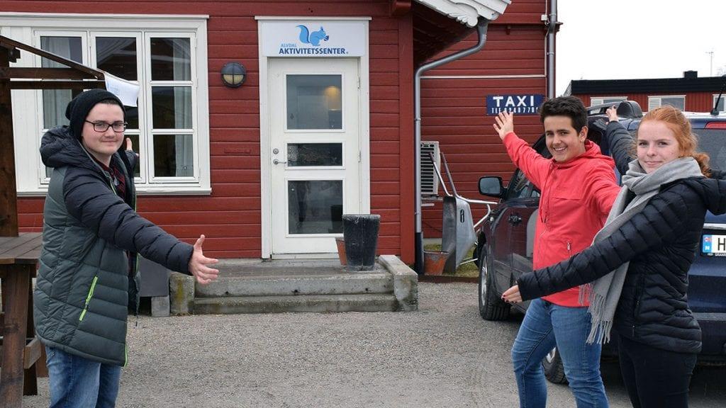 FULLT: Sivert Skjæret Eliseussen, Tor Olav Sandli og Hedda Karine Nerby kunne fornøyd åpne ungdomsklubben i 2017. Nå har tiltaket de startet blitt så populært at de trenger større lokaler. Foto: Nida Grindal