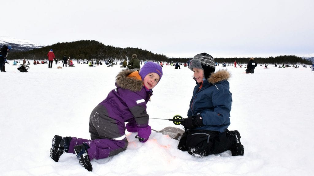 KOS PÅ ISEN: Andreas Hagen og Ane Hagen Lillestrøm koste seg under isfiskekonkurransen i 2017, men må vente til neste år før de får en ny mulighet. Foto: Tore Rasmussen Steien