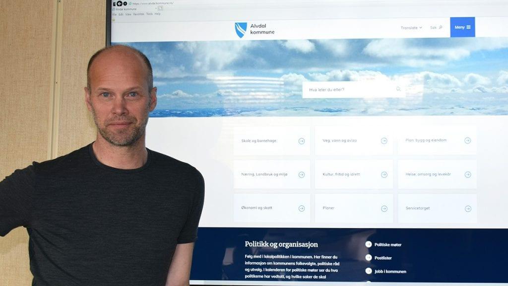 JOBBER FOR Å BLI BEDRE: Erland Horten lover at kommunen jobber for å bli bedre til å opplyse innbyggerne om tjenestene. Foto: Tore Rasmussen Steien