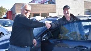 TAKKER FOR SALGET: Bilselger Helge Granrud takker utflytta alvdøl Vegard Haug for salget, og hans tredje kjøpte bil hos Granrud. Foto: Torstein Sagbakken.