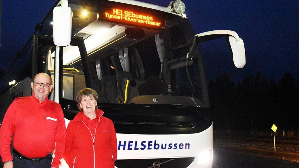 GOD ØKNING: Sjåfør Erik Strømmen og helsearbeider Inger Anne Kjøllmoen kan fornøyd se at antall passasjerer på Helsebussen er sterkt økende. Foto: Jan Kristoffersen
