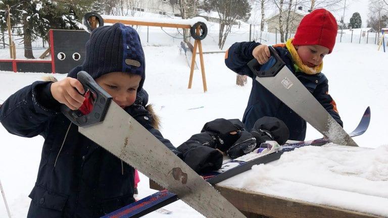 GOD INNSATS: Vegard og Jonas sager ski for harde livet, og de lurer på hva skiene er laget av. Alle foto: Privat.