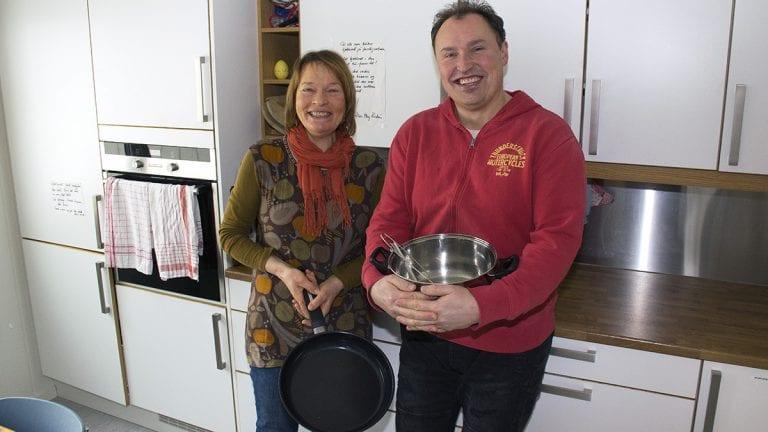 MYE MORO: May Kristin Holøien fra frivilligsentralen og Ståle Måntrøen lover mye moro på matkurset. Foto: Tore Rasmussen Steien
