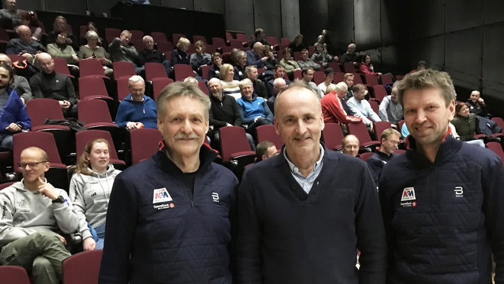KICK-OFF: John Northug (i midten) var hentet inn for å bidra under kick-off for junior-NM på ski i starten av mars. Og han kom med de beste skussmål til Per Inge Sagmoen og Geir Schjølberg (til høyre) etter at han fikk informasjon om mesterskapet tre uker før start. Foto: Jan Kristoffersen