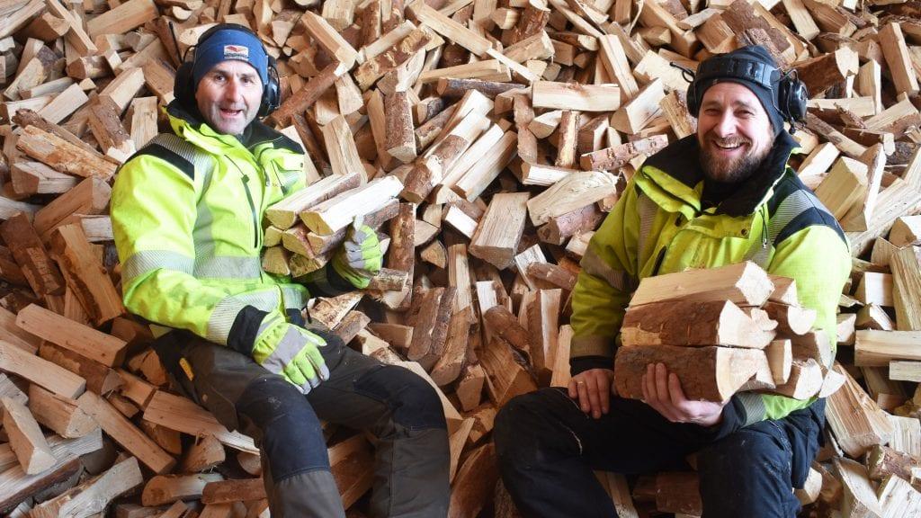 GODE TALL: Ole Sørhuus og Hans Kristian Øverland kan smile over god økning i vedsalget. Foto: Torstein Sagbakken.