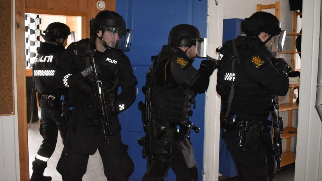 RYKKET INN: Fire politibetjenter søkte gjennom det gamle lærerværelset på Steigen skole. Foto: Torstein Sagbakken.