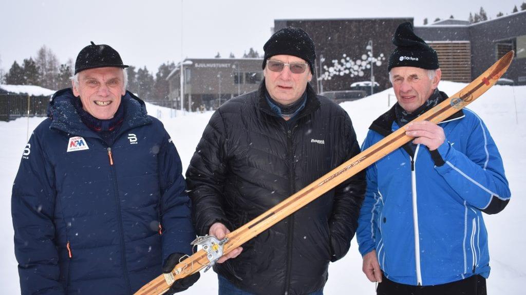 50 ÅR SIDEN SIST: I dag er det 50 år siden Hallstein Strypet, Sigurd Thoresen og Anders Flaten bega seg ut på en 15 kilometer lang etappe under ski-NM i Alvdal. Thoresen holder den ene skien han brukte. Foto: Torstein Sagbakken.