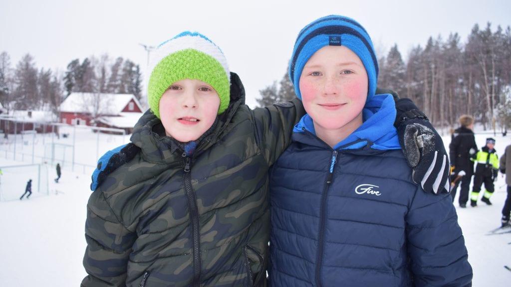 GØY MED VARIASJON: Marius Johnsen Solvang og Martin Tellebon synes det er flott at de kan bruke skia i friminuttet. Foto: Torstein Sagbakken.