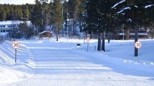 PÅ PLASS: Skilting om redusert fartsgrense utenfor Sjulhustunet er nå satt opp. Videre planer lar likevel vente på seg. Foto: Torstein Sagbakken