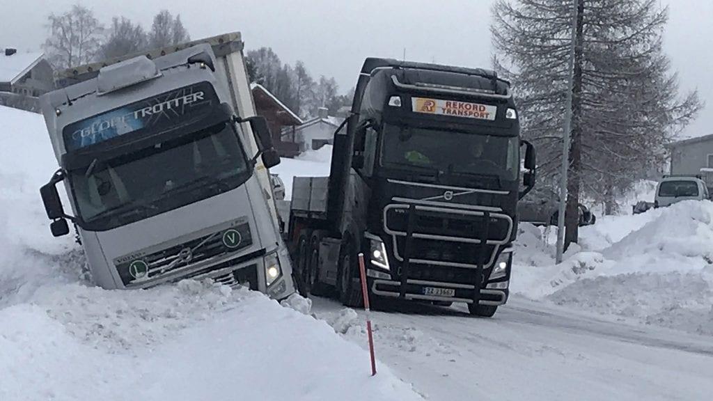 LIGGER STRØDD: I følge Emret Nordseth ligger det utenlandske trailere strødd i grøfter over hele regionen. Her ligger en i grøfta på Rørosveien. Foto: Jan Kristoffersen