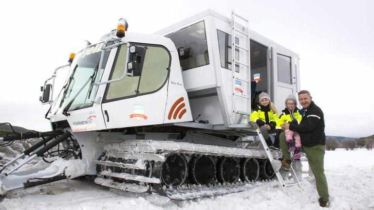TESTKJØRING: Jan Inge Gjermundshaug hentet maskinen torsdag. Fredag fikk blant annet barnebarna Mina og Maja være med på prøvetur på jordet. Foto: Tore Rasmussen Steien