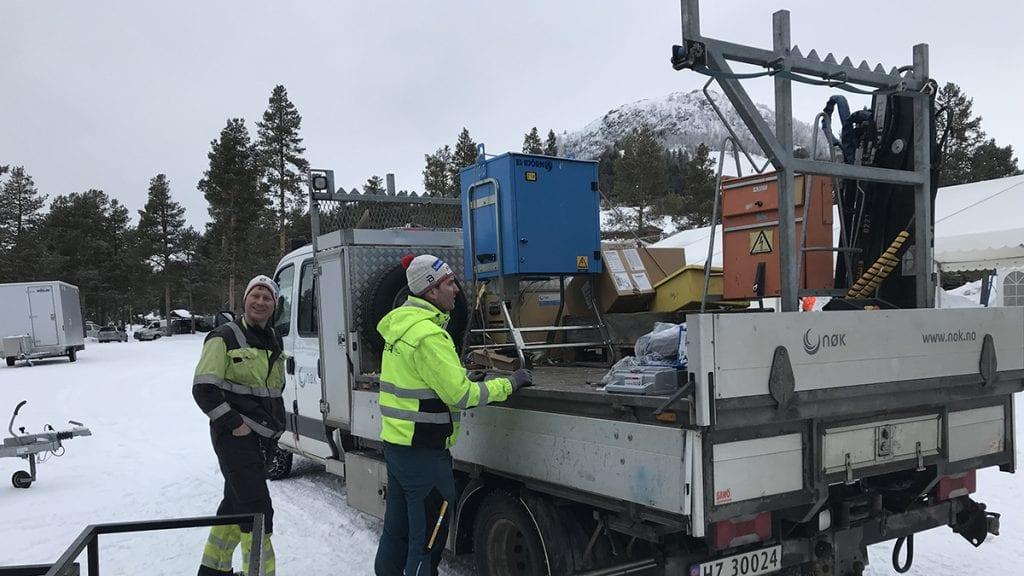 STRØMFORSYNING: Terje Samuelshaug, til venstre, og Roar Tangen, var mandag travle med å forberede en mengde strømpunkter på og ved arenaen. Foto: Jan Kristoffersen