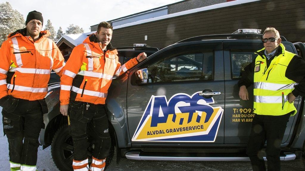 NY LOGO: Morten, Kristian og Karl Vidar Sørhus er fornøyd med den nye logoen til Alvdal Graveservice.