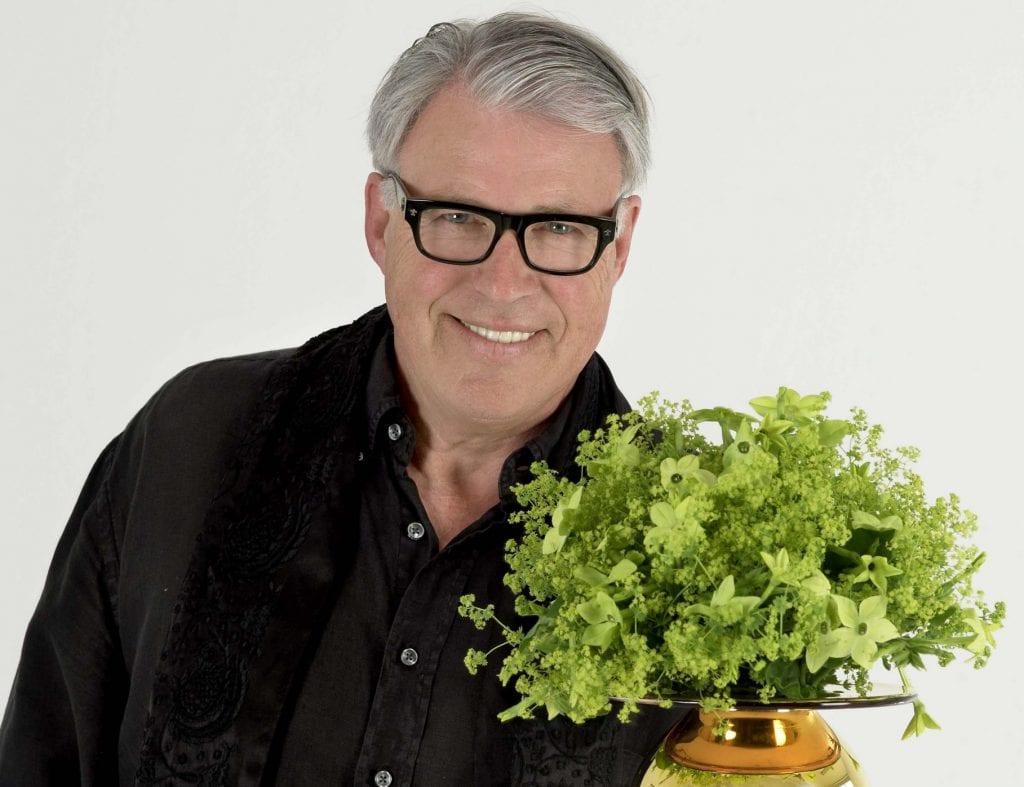 BLOMSTERSHOW: Finn Schjøll stiller med blomstershow for å feire jubilanten. Foto: Seminarpartner