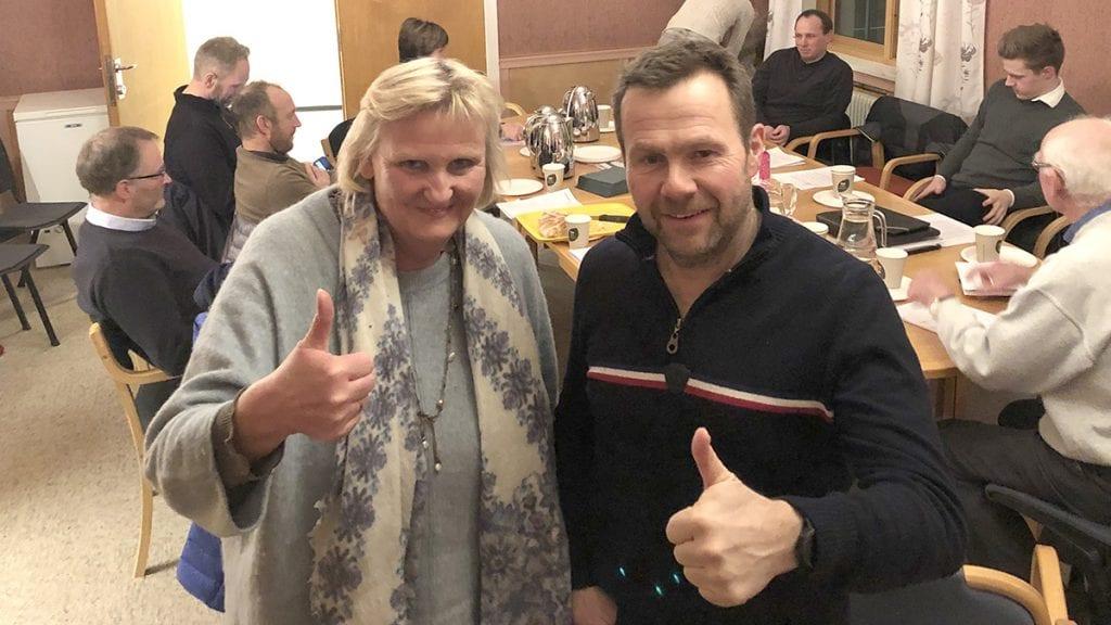 PÅ LANDSMØTET: Den ferske høyrepolitikeren Tirill Langleite, her sammen med partikollega Jan Sagplass under nominasjonsmøtet, er på Høyres landsmøte for å kjempe for bedre samferdselspolitikk for regionen. Foto: privat
