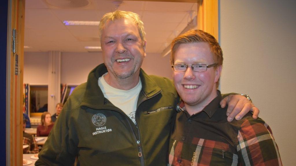 EN TRER AV OG EN ER KLAR: Jan Berget gir seg som leder i Alvdal Jeger- og Fiskerforening etter 15 år. Han overleverer stafettpinnen til Knut Harald Skogli. Alle foto: Torstein Sagbakken.