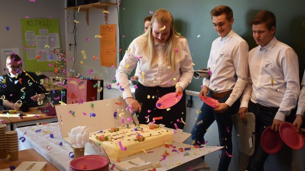 FORTJENT KAKE: Silje Eise Østensen, i ungdomsbedriften Animal Rescue, fikk æren av å ta det første kakestykket under torsdagens hyllest. Alle foto: Torstein Sagbakken.
